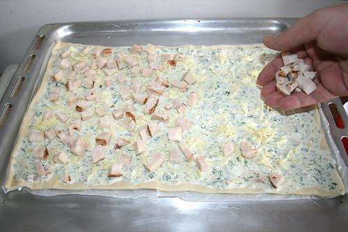 43 - Hähnchenfilet-Würfel verteilen / Deploy diced chicken filet