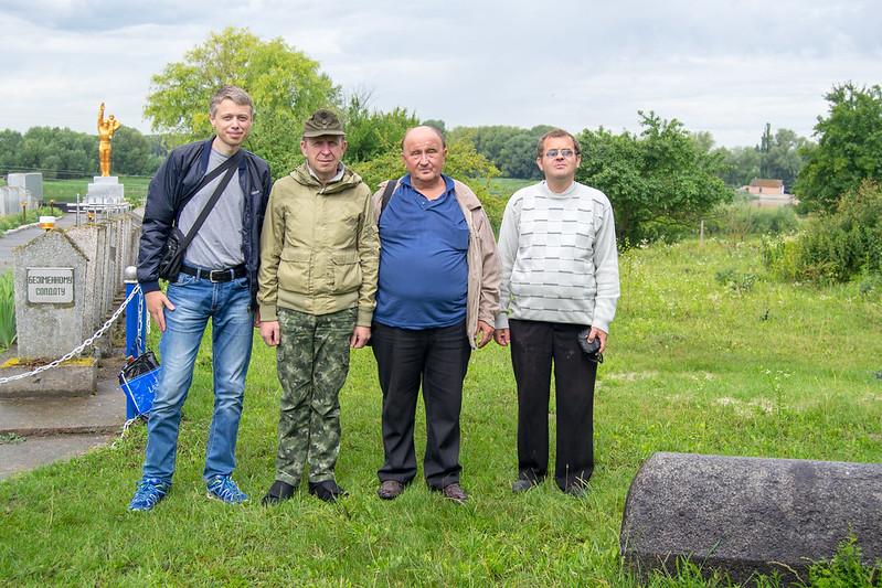 Біля меморіалу воїнам загиблим у Другій світовій війні