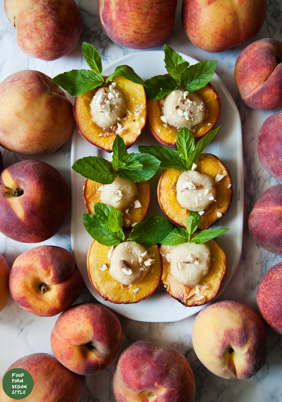 Roasted peaches with a homemade marzipan / Pieczone brzoskwinie z marcepanem