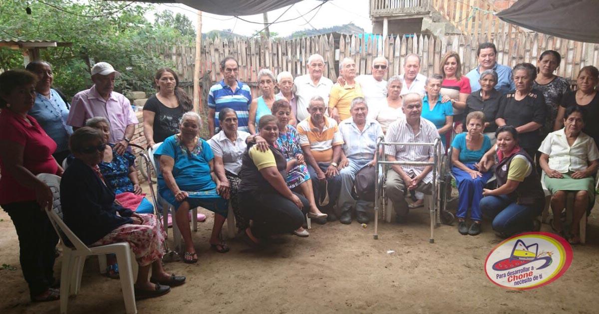 Alcalde con abuelos dignos en Los Naranjos 2