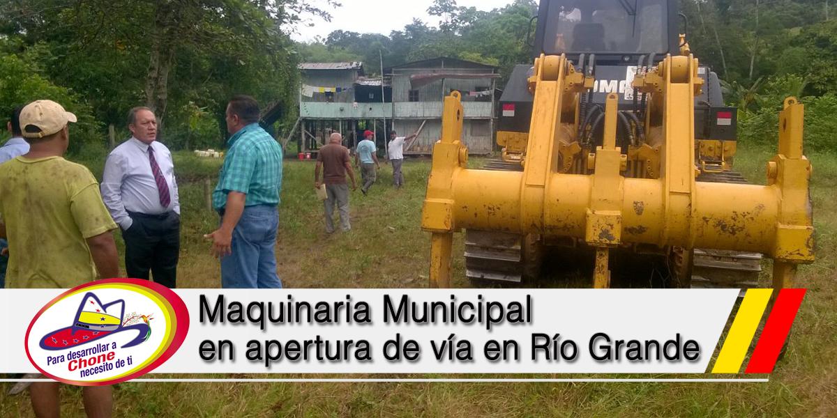 Maquinaria Municipal en apertura de vía en Río Grande