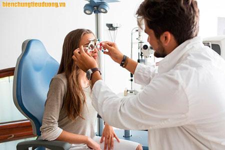 Người bệnh tiểu đường nên khám mắt ít nhất 1 lần mỗi năm.