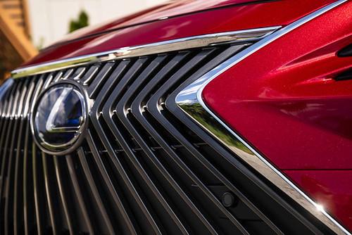 2019 Lexus ES: Modern Luxury