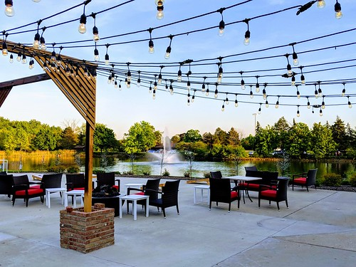 Outdoor Dining on the Lakeside Plaza_Photo Credit Chicago Marriott Lincolnshire Resort