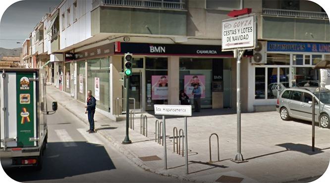 La sucursal de Bankia de la barriada Hispanoamérica exige a los clientes que realicen sus operaciones a través del cajero