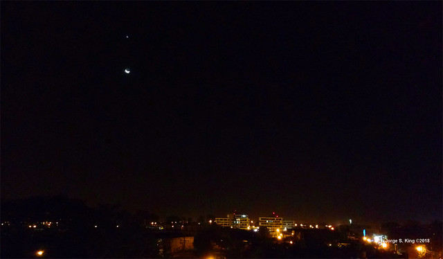 La Luna como colgada de Venus