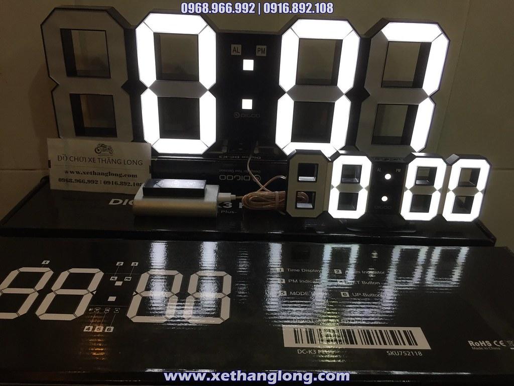 Đồng hồ LED 3D cỡ lớn (sau)  và cỡ thường (trước)