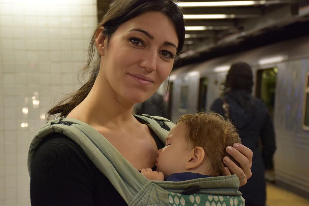 Con Eva esperando al metro en primer viaje a Nueva York