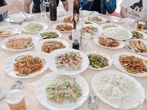 每道菜都會上兩到三盤,這樣即使沒有桌上轉盤也可以輕鬆夾取菜品