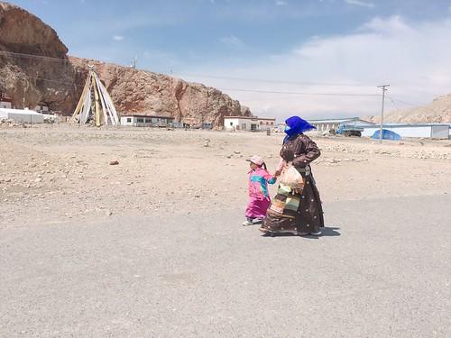 西藏婦女帶小孩散步