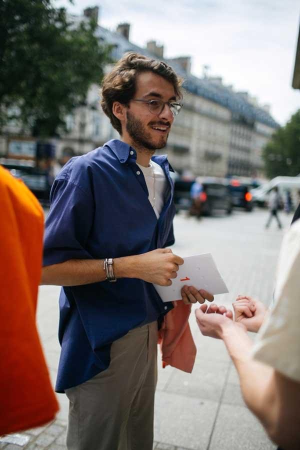 ネイビー半袖シャツ×白Tシャツ×ベージュパンツ