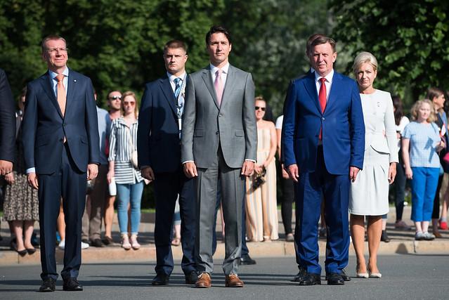 Ministru prezidents Māris Kučinskis un Kanādas premjerministrs Džastins Trudo (Justin Trudeau) noliek ziedus pie Brīvības pieminekļa