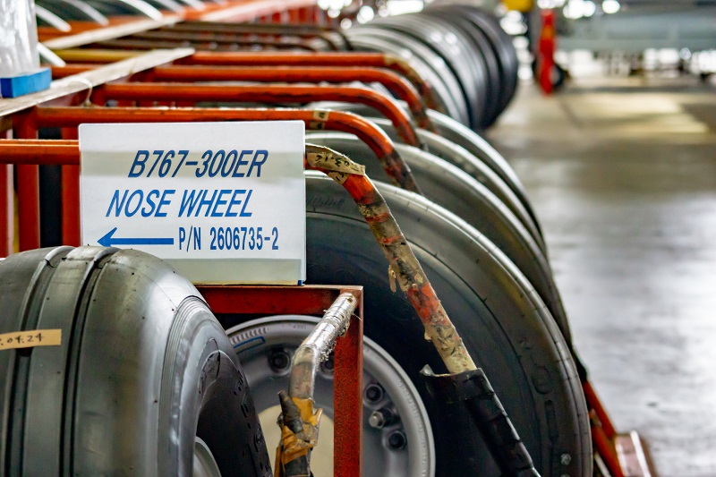 180722 ANA機体工場見学「ずらりと並ぶ飛行機タイヤ」