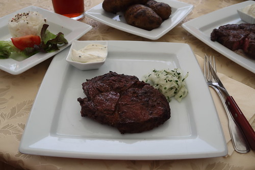 Spießbraten vom Entrecôte mit Feuerkartoffeln und Rettichsalat (mein Teller)