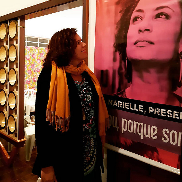 Candidate Fernanda Camargo looks at a poster of Rio de Janeiro councilwoman and human rights activist Marielle Franco - Créditos: Handout