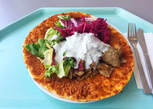 Lahmacun with salad, turkey & dip / Lahmacun mit Salat, Putenfleisch & Dip