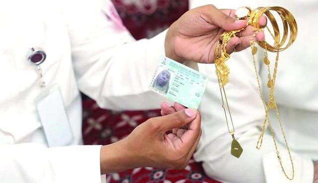 3739 A Hajj pilgrim returns bag full of cash and jewelry he found in Jamarat 01