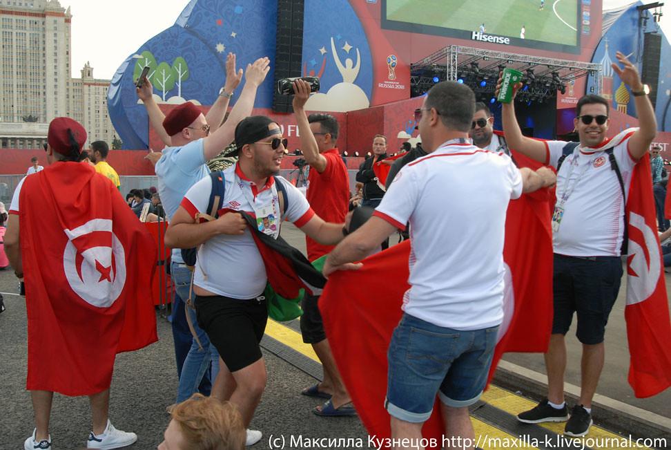 Tunisians dance