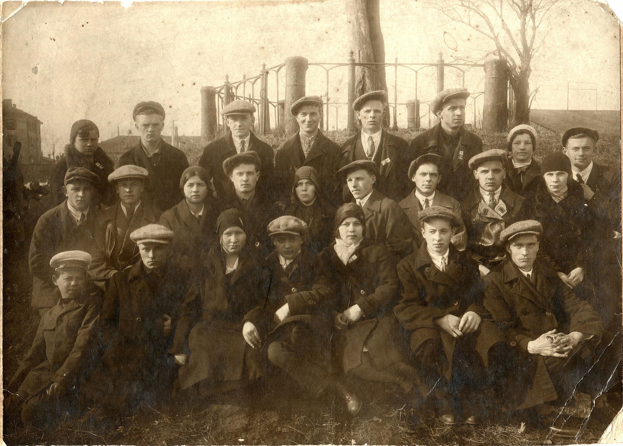 1921. Групповой снимок у дуба Петра I