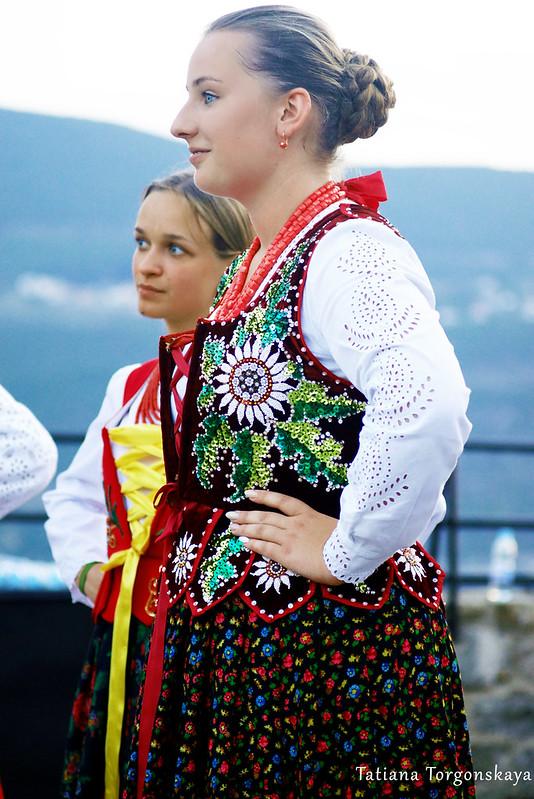 Девушки из польской группы во время выступления