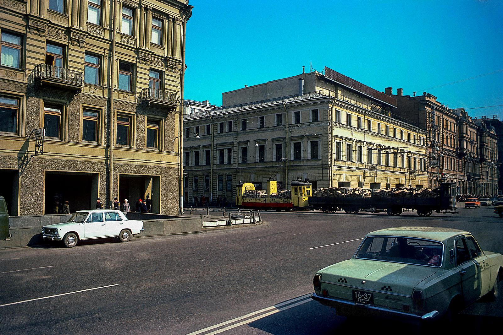 Невский проспект на пересечении с Садовой улицей