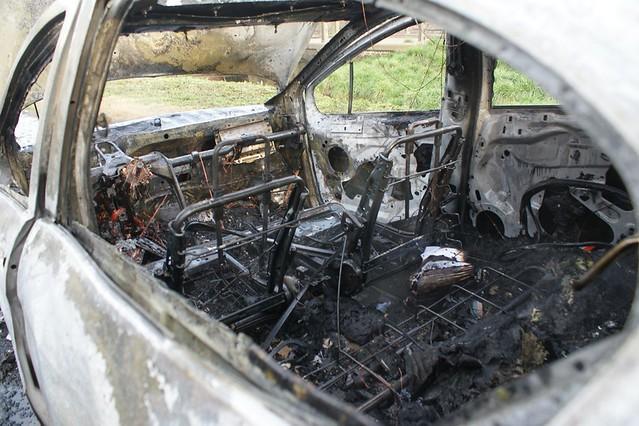 Incendio total de un Peugeot 408 en Ruta 205