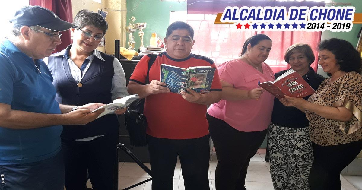 Escritora chonense promociona su obra poética Doña Cándida
