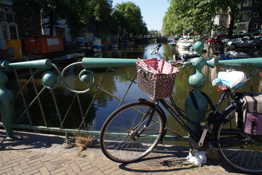 Vélo sur un canal du quartier rouge d'Amsterdam.