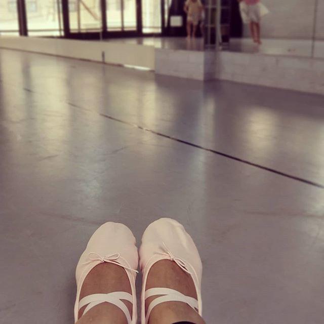 20180810 第625堂課 芭蕾雕塑 今天換上舞鞋 舉手投足都好有感覺 闊別近40年 再度套上芭蕾舞鞋 是一種很複雜的心情 長大後學習的每一件事情 都是真心想要擁有的 一點一滴 都是為了那個更喜歡的自己😘 #有運動沒在怕的 #運動使人開心 #40歲以後找回自己 #喜歡自己拍自己