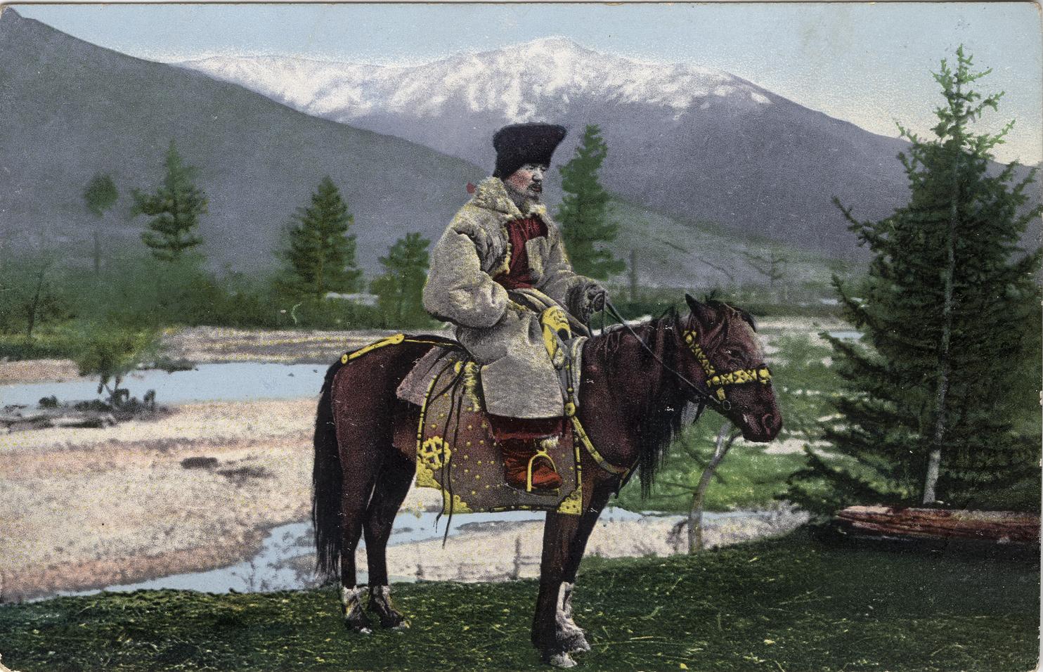 Мужчина алтаец в национальном костюме (головной убор - куараан борук, овчинная шуба - тон, со ступенчатым вырезом) на лошади