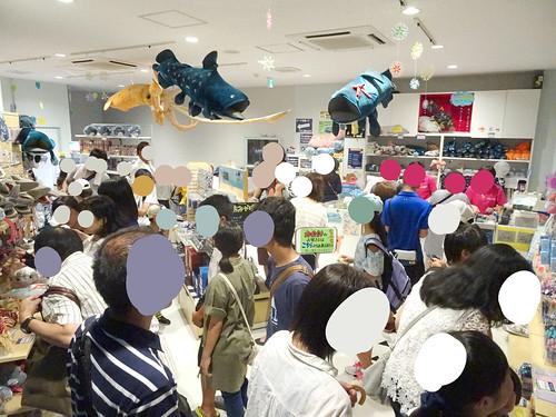 深海水族館のお土産コーナーの混雑