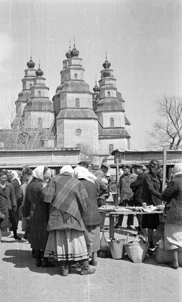 1942. Рынок у Собора Троицы Живоначальной в оккупированном Новомосковске Днепропетровской области, май