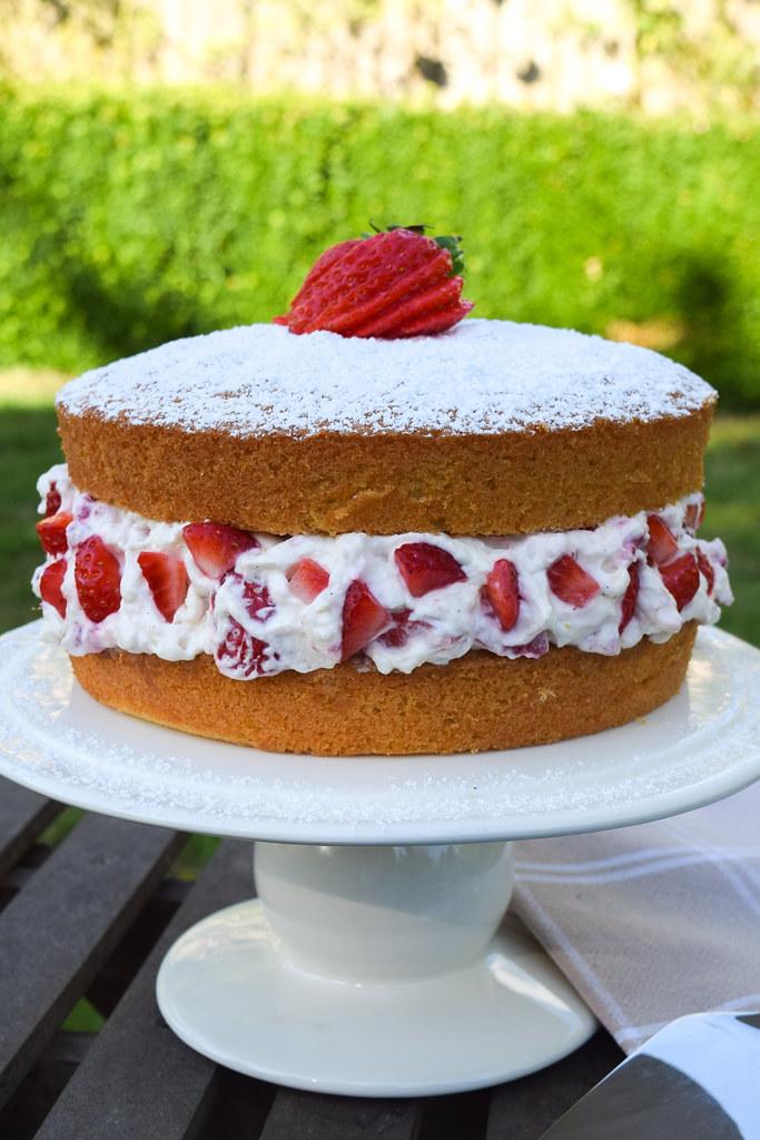 Eton Mess Victoria Sponge Cake #cake #etonmess #victoriasandwich #victoriasponge #dessert #strawberries #meringue #summer