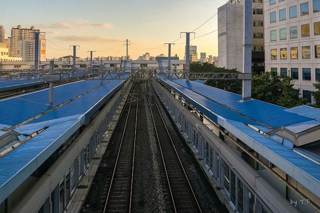 구로역 1,2번 승강장과 전철 철도 선로