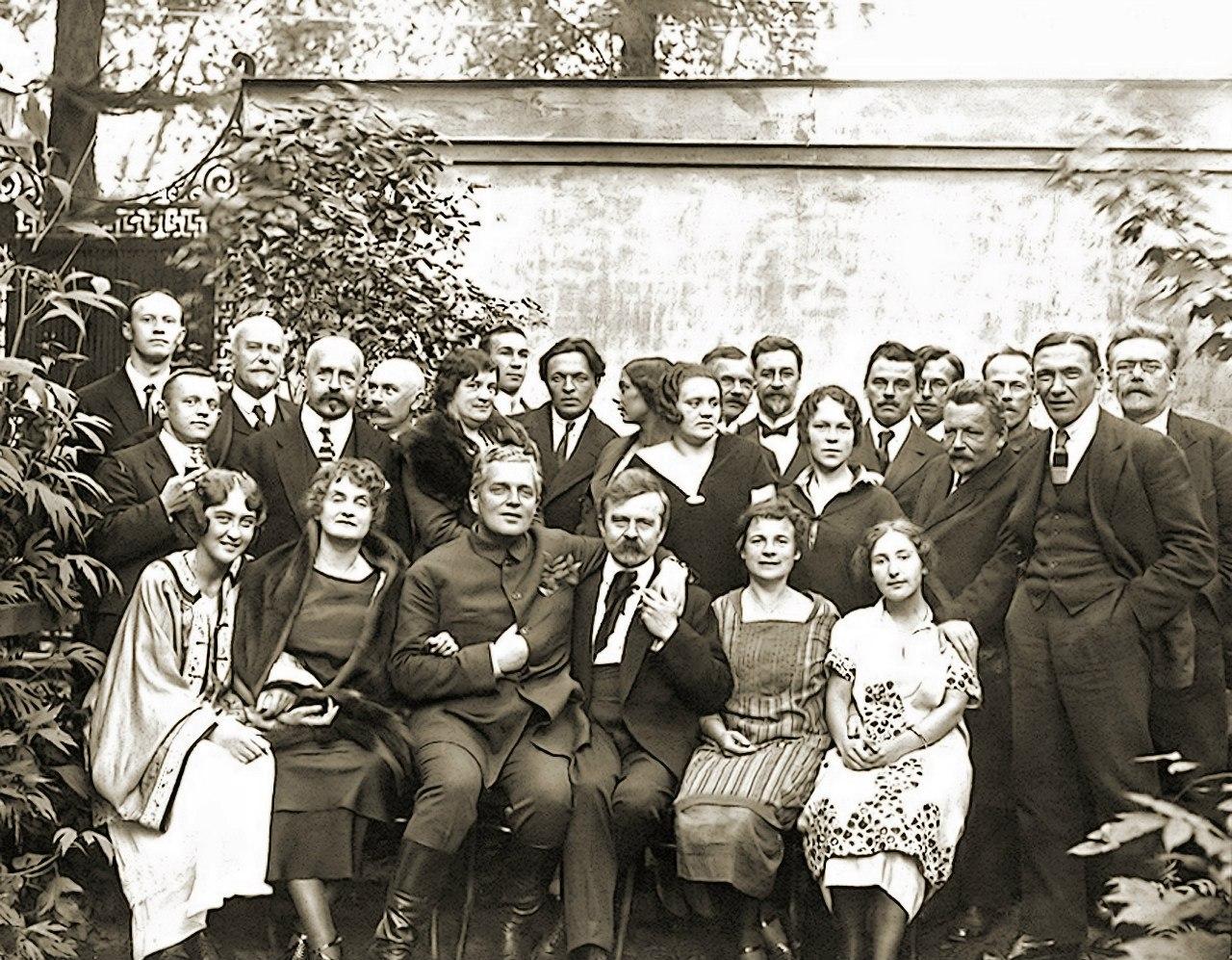 1921. Руководители и сотрудники Государственного фарфорового и стеклянного завода во дворе предприятия