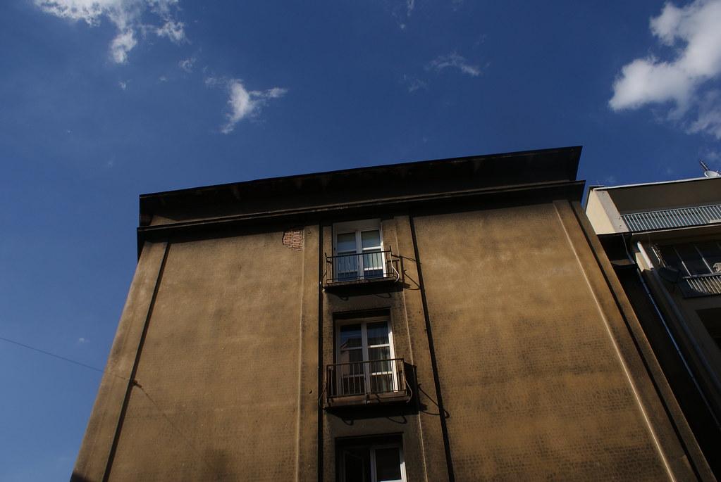 Façade insolite : Une seule fenêtre ? Vraiment ?