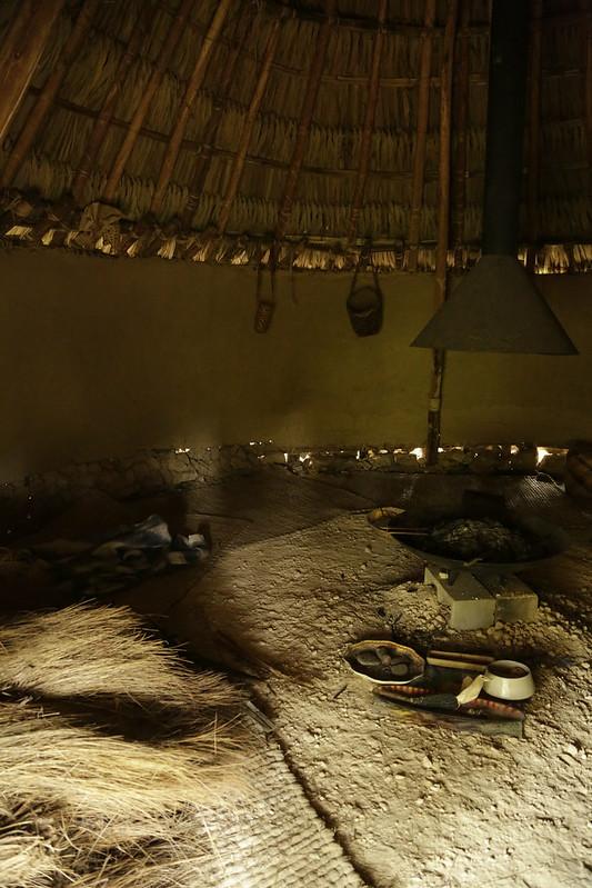 Pagamento. Noche cuidando el fuego. Casa de la luna. Maloka kogi . Serie beds where I seeep/ Serie Camas donde duermo