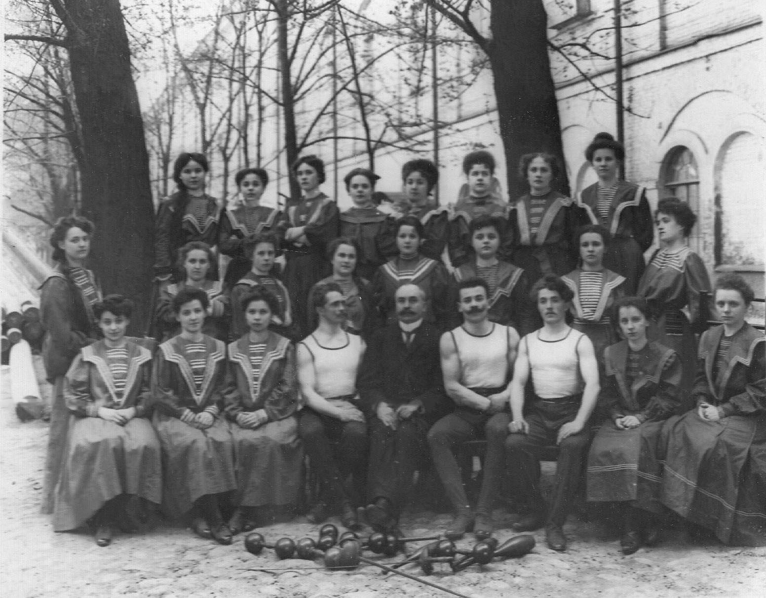 Преподаватели и тренеры с женской группой. 1907