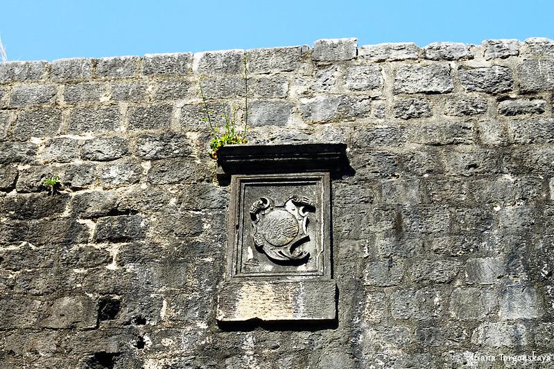 Герб на бастионе Валиер