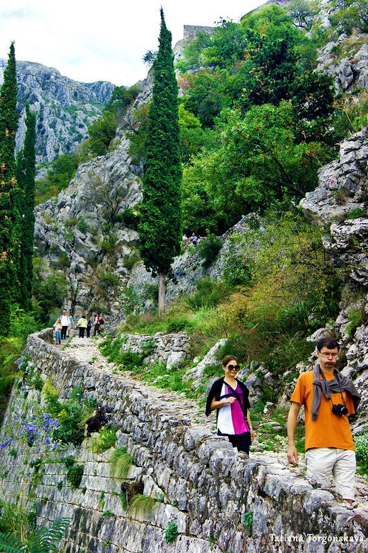 Спуск вдоль стен от крепости Св. Ивана в Старый Котор