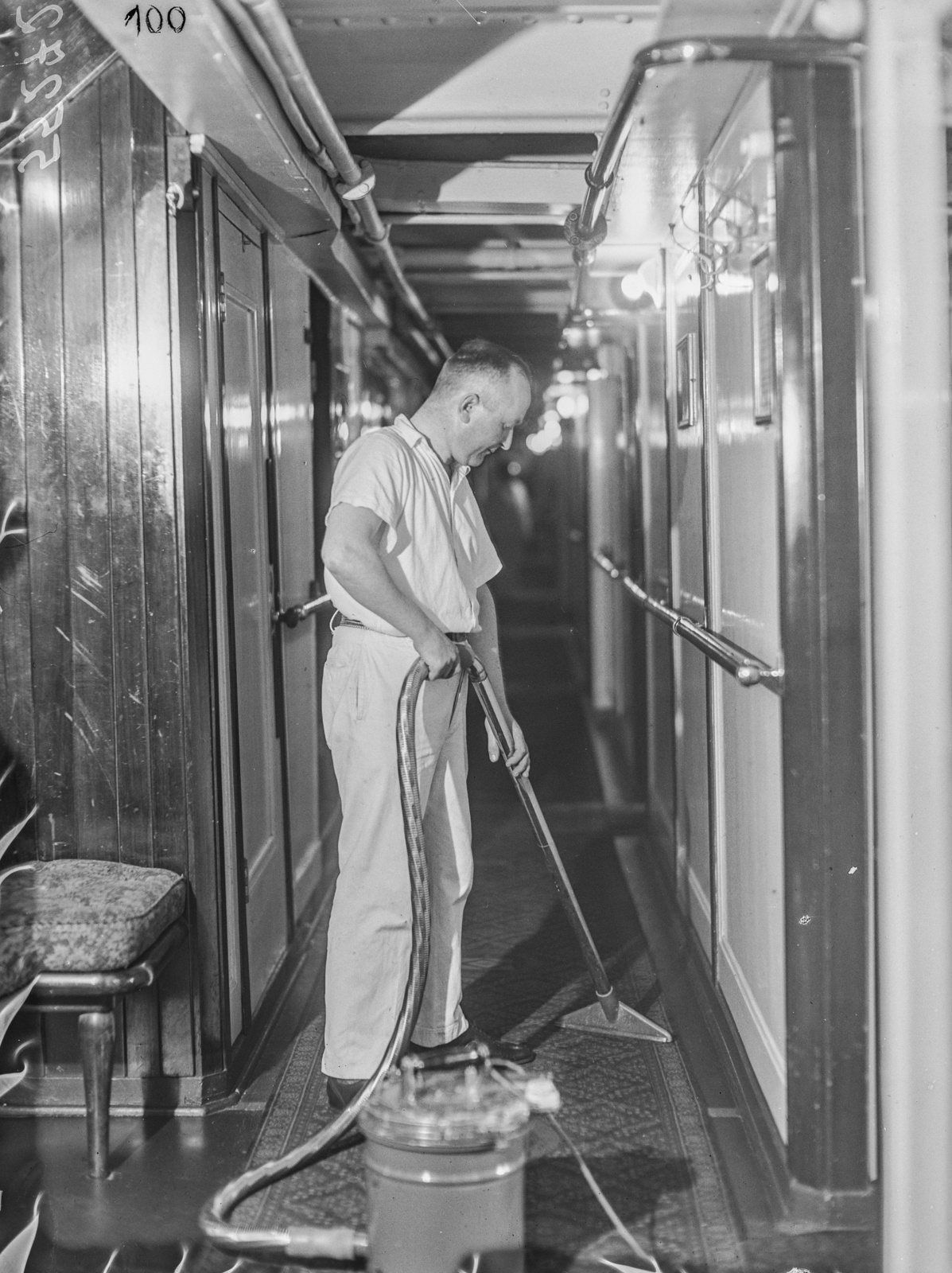 Человек в коридоре с пылесосом