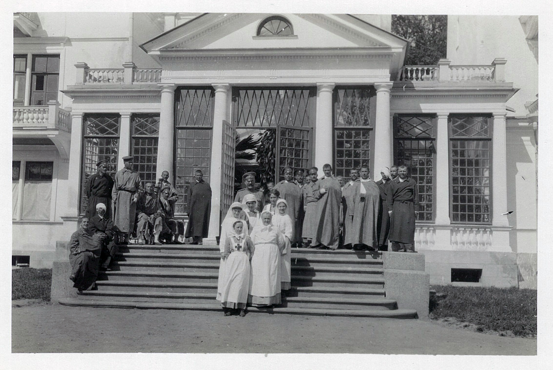 Лазарет Л.М. Ден-Медем в Щеглово. В.П.Всеволожский (в центре) с сёстрами милосердия и ранеными перед зданием лазарета. 1914-1917