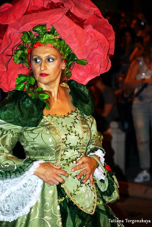 Женщина в костюме розы