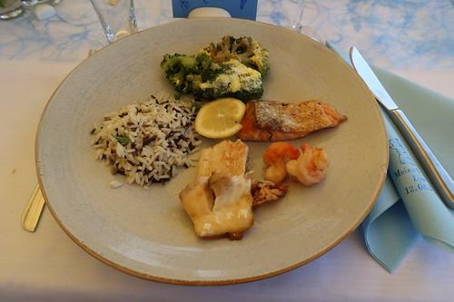 Fisch-Variation Lachs-Garnele-Dorade zu Wildreis und Broccoli (vom Buffet)