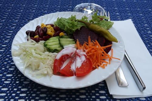 An der Salatbar selbst zusammengestellter Salat