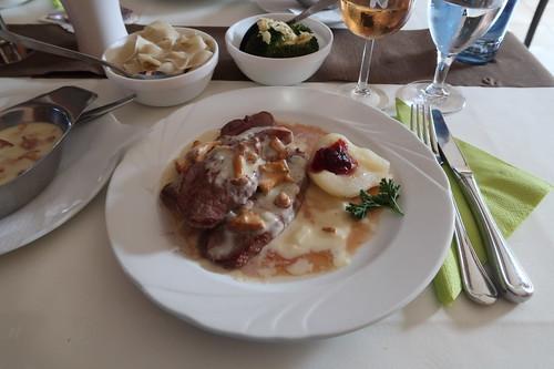Steak vom SooNahe-Reh mit Pfifferlingen á la crème, Broccoli und Nudeln