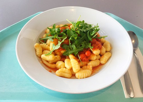 Gnocchi with steamed cherry tomatoes & ruccola / Gnocchi mit gedünsteten Kirschtomaten & Ruccola