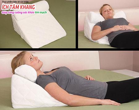 Kê cao gối giúp làm giảm khó thở về ban đêm khi bị suy tim