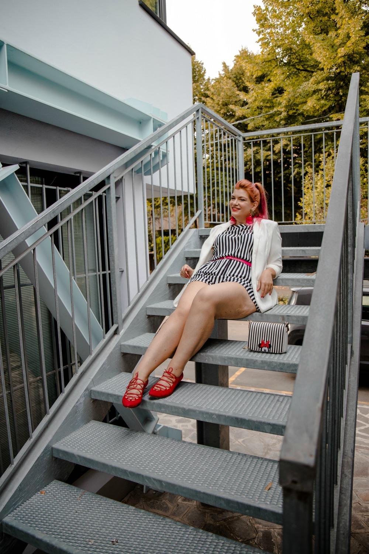 Outfit plus size curvy, tuta corta a righe e tocchi di colore (9)