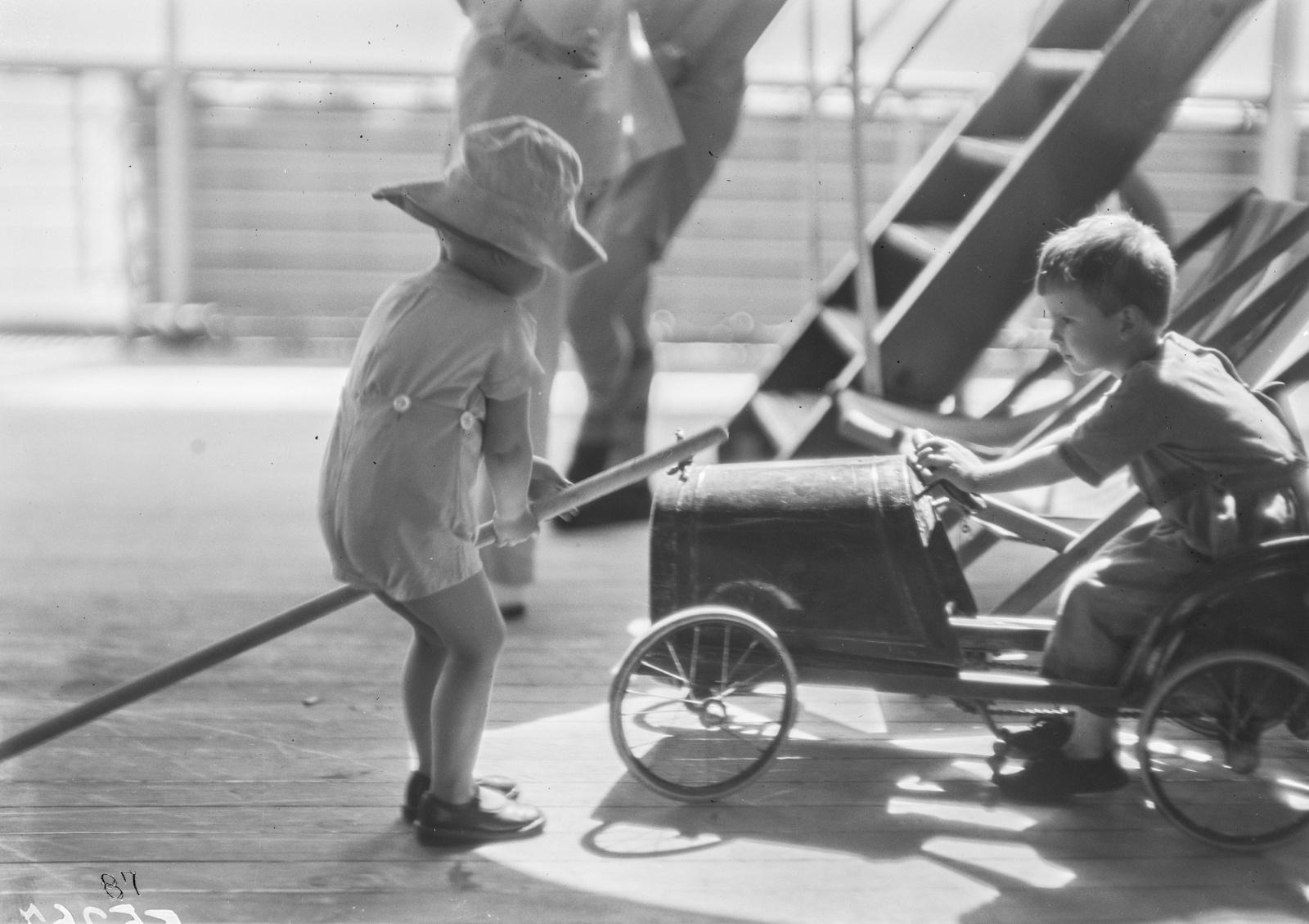 Двое детей играют на палубе парохода «Усамбара»